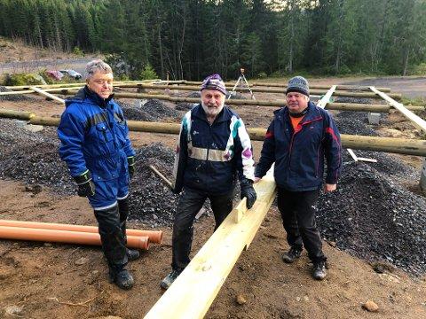 VETERANER:  Fra venstre Sven-Ove Johansen, Knut Raastad og Jan Kvien. SSK-veteraner som jobber for å klargjøre grunnen der solcellepanelet skal plasseres når det kommer.