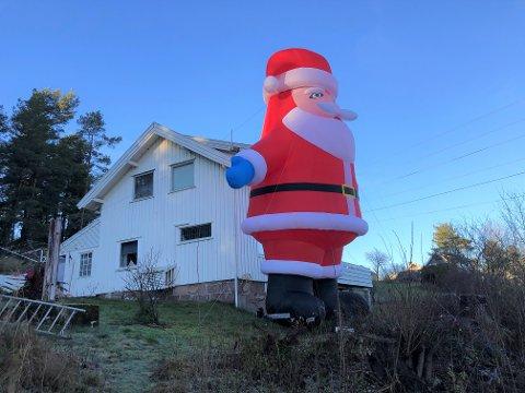 GIGANTNISSE:  Julenissen på Brekketoppen er 7 meter høy.