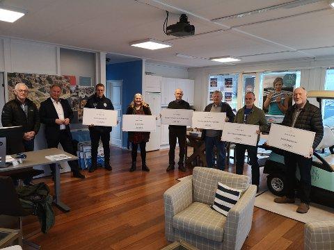 De siste mottakere: Med hele 385 000 utdelte kroner er det eneste som gjenstår en formell avvikling av fondet. Fra venstre: Thor Fjæstad, Håkon Kristiansen, Otto Galleberg (SSK), Gro Skramstad (NJB Velforening), Odd Tonby (Selvik Velforening), Karl Einar Haslestad (Nordre Sande IL), Ove Lersveen (Østre Skog JJF) og Svein Steffensen (Sande musikk-korps).