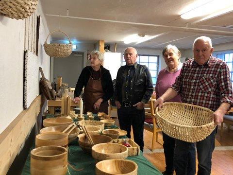 JULEMARKED: Inge Weierud, Herman Bullen, Torill Lærum og Jørg Nordås viser fram noen av produktene de har laget.