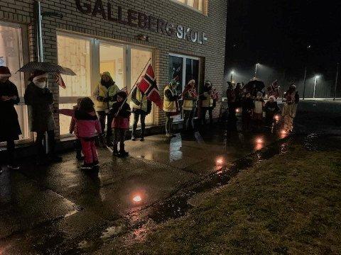 Feiring på morgenkvisten: Det var stor glede på Galleberg skole da FAU og lærerne møtte elevene med flagg og lys. Dagen før vedtok kommunestyret å bevare skolen.