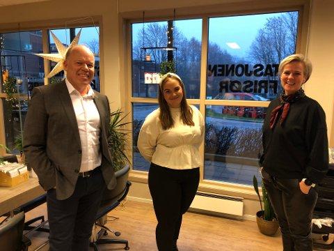 FIKK FAST JOBB: Stein Andre Haugerud fra Jobzone i Sande, Andrea Nielsen og Christel Dyngeland hos Stasjonen Frisør.
