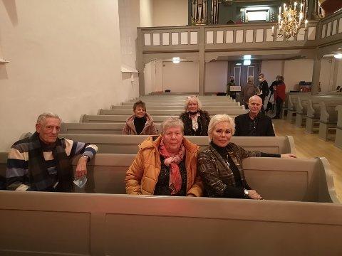 Mens vi venter: Kjernefamiliene Nielsen og Tonby hadde funnet seg godt til rette før konserten starter. Fra venstre: Arne Rom Nielsen, Gro Enger, Birgit Nielsen, Karin Tonby, Anne Helen Nielsen og Odd Tonby.