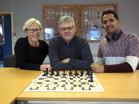 Startet sjakklubb for Sande i fjor. Fra venstre: Tove R. Teien, Roger Løvaas og Maad Al-Mogahed.