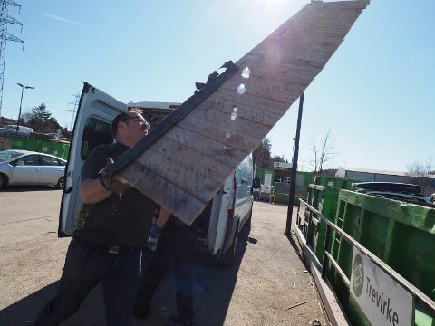 BILLIGERE Å LEVERE PÅ LINDUM: En sandesokning fant ut at det ble billigere for henne å reise til Lindum å levere avfall.(Illustrasjonsfoto)