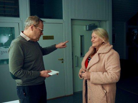 TEGNET AKSJE: En interessert nyinnflytter, Gro Skramstad, får litt informasjon om Sande av forfatter Lars Aaserud i forbindelse med Stolt av Sande-folkemøtet.