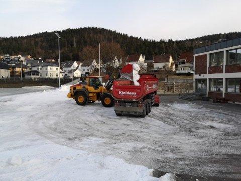GJENBRUK: Snøen på Øren får nytt liv under skisprinten på Konnerud. Torsdag formiddag ble den siste snøen fraktet.