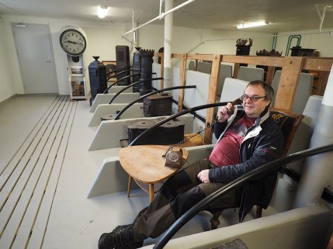 Leder av Sande Historielag, Ingar Haugerud, får summetonen i de nyrestaurerte lokalene på låven.