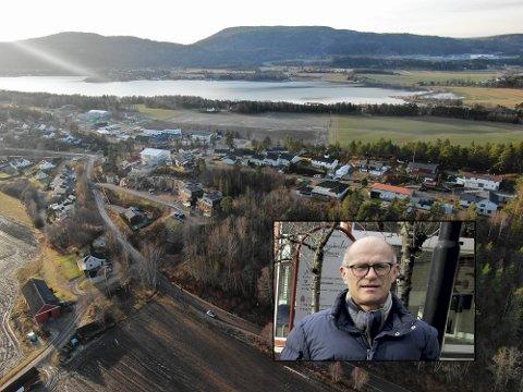 FLERTALL: Et flertall av de smittede i Holmestrand kommune er bosatt i gamle Sande, opplyser kommuneroverlege Ole Johan Bakke (innfelt). (Dronebildet av boligfeltet er tilfeldig valgt)