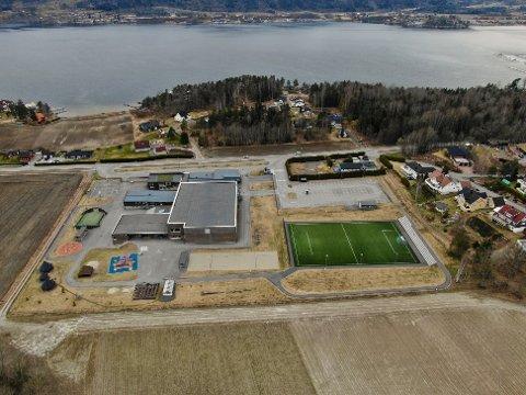 STENGT: Fotballbanen ved Selvik skole skal enn så lenge ikke tas i bruk.