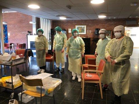 STRENGE RUTINER: De ansatte ved Sandetun Pleie og Rehabilitering er godt beskyttet for å behandle korona-smittede.