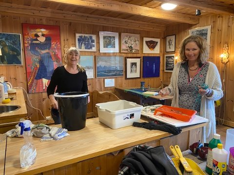 Maria Benestad og Mona Selvaag i kunstforeningen.