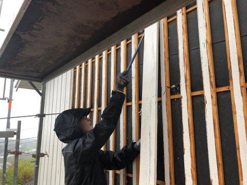NY VEGG: Tømrerlærling Brage Fallmyr hjelper til med riving og bygging av ny vegg i Skafjellåsen.