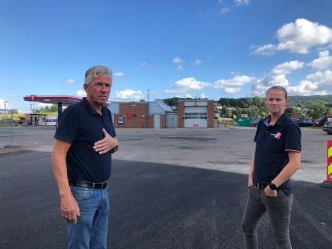 FØLG SKILITINGEN: Clemet og Anette Borgen anbefaler folk til å følge skiltingen i området og viser til at gjennomkjøring er forbudt.