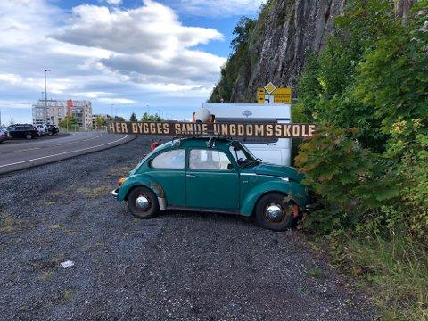 OPPSIKTSVEKKENDE MELDING: «Her bygges Sande ungdomsskole» heter det på skiltet som er festet til bilen ved innfarten til Holmestrand by.