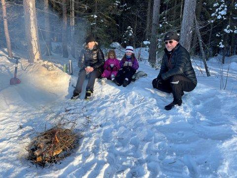 FAMILIETUR:  Mette Gunn og Arild Iversen på tur med barnebarna Ava Lavinia (3) og Sara (7).