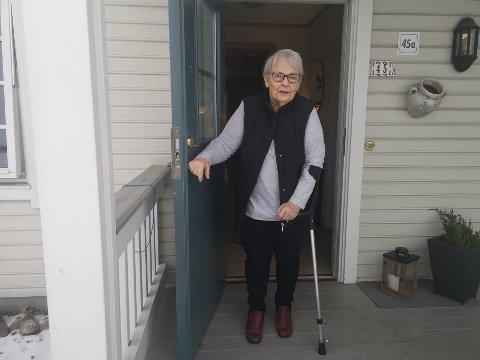 KRITISK: Irene Skorhaug Enerud (90) synes ikke noe om at kommunen forventer at alle skal kunne ta seg til Høyanghallen i Holmestrand for vaksinering.