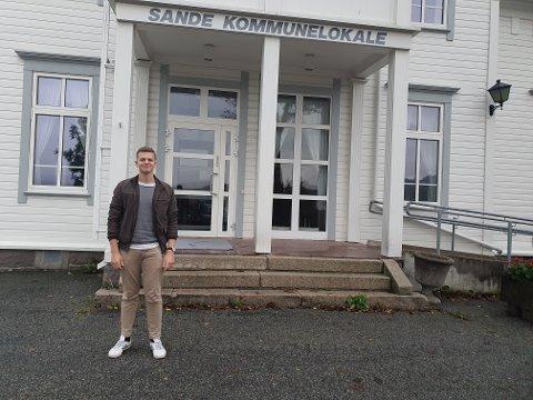 KULTURKONSULENT: Jonas Krossli er den nye kulturkonsulenten til Holmestrand kommune, og arrangerer blant annet arrangementer på Sande kommunelokale.