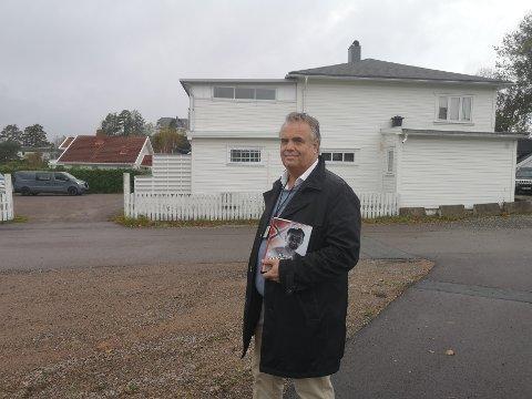 """Odd Myklebust har skrevet det første av to bind om Ahlert Horn, den ukjente Milorg-lederen i Drammensområdet. I bakgrunnen kan Sandebuktveien 182 ses, det som engang var """"OS. Reiersens"""" butikk. Det var i denne butikken at Horn en periode både bodde og planla avlytting av Gestapos hovedkvarter."""