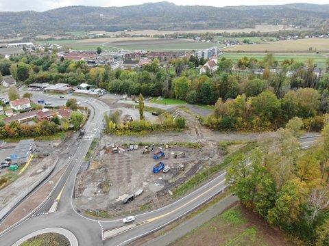 BYGGESTART: Byggingen på Meny-tomta (i forgrunnen) er nå i gang. Dagens Meny-bygg skimtes i bakgrunnen.