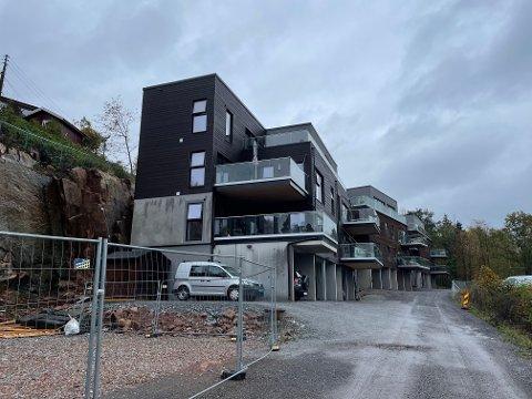 VENTER:Her er det planlagt en fjerde blokk med leiligheter. Men enn så lenge velger utbygger Georg Orvedal og vente.