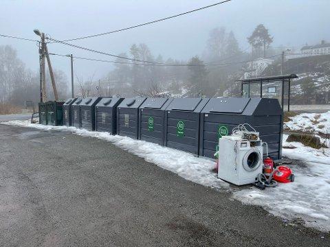 BUNNTØMTE: Ved Bjerkøyveien er det satt ut såkalte bunntømte avfallsbeholdere. Tilsvarende kan nå også bli installert andre steder i Sande. Dette er uansett ikke et sted å sette fra seg støvsugere, brannslokkingsapparater eller vaskemaskiner.