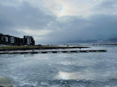 SKYDEKKE: Onsdag formiddag var det stadig overskyet over Nordre Jarlsberg Brygge.