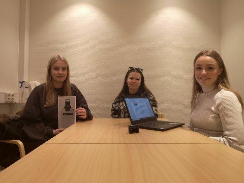 Ungdomsbedriften: Trygg Drikke UB presenterer ideen deres til Sande Avis. Fra venstre: Emilie Bertine Naasen, Andrine Rusti Lersbryggen og Emilie Gross Lieblein. Synne Steen Hagemann var ikke tilstede.