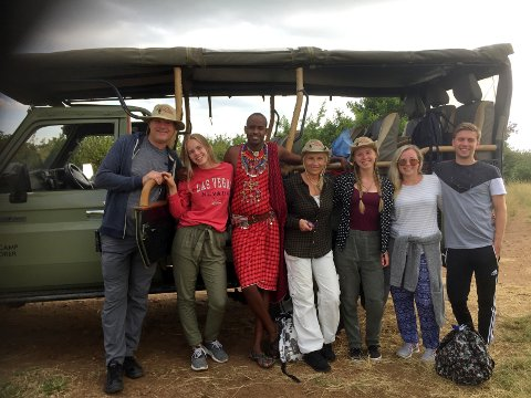 PÅ JOBB: Fra høyre Fredrik Sande, Martine Svingen, Karoline Henriksen og Venke Henriksen i Hibiscus Reiser. Her står de med en lokal masai og to Hibiscus-kunder i Masai Mara, Kenya – før pandemien.