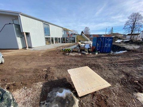 Flerbrukshuset i Hof: Her skulle det blitt et livlig og kreativt uteområde, men det må vente på grunn av pengemangel. Foto: Pål Nordby