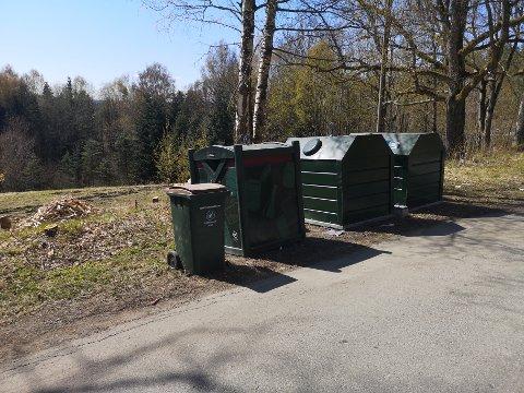 UTFORDRING: Hytteeier Tom Arnfinn Haugen er lei av å møte fulle søppelkasser her, selv om hyttesesongen er godt i gang.
