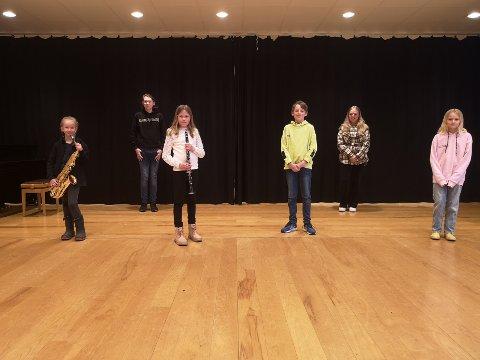 Fornøyde pengemottakere: Musikantene i Sande juniorkorps håper på å kunne øve sammen igjen snart. Fra venstre: Eline K. Langfald, Jørgen Haugen, Martine Selbo, Anders Bjørge, Christiane Engedal og Guro Berg.