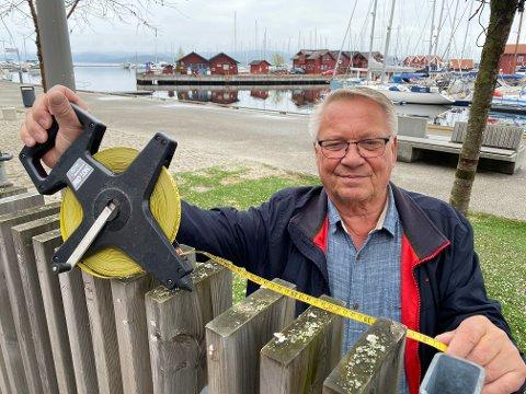 Nå skal det måles: Egil Olaussen (FrP) er klar med målebåndet. Han og flere politikere vil se med egne øyne hva som er konflikten ved hytta langs Gamle Sørlandske. Foto: Pål Nordby