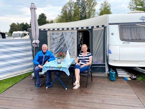 GOD RO: Inger og Roger Jacobsen bor vanligvis i Sande, men på sommerhalvåret tilbringes de fleste dager på Fjærholmen camping.