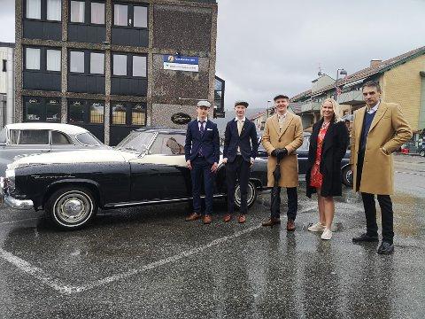 17. mai 1950? Med et relativt øde sentrumslandskap, var veteranbiler og dresskledde herremenn det meste av det man så på et tidspunkt. Fra venstre Mathias Berg-Pettersen, Emil Berg-Pettersen, Joachim Isaksen, Line Berg-Pettersen og Arnt-Ivar Lund.