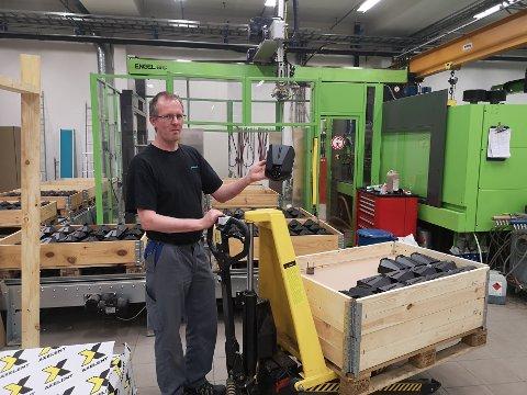 Produserer plastdeler: Daglig leder og eier Kjell Martinsen viser deres mest solgte produkt; et plastdeksel for elbil-ladere. Dekslene er spesialbestilt fra storkunden Easee, som utvikler og selger laderne.