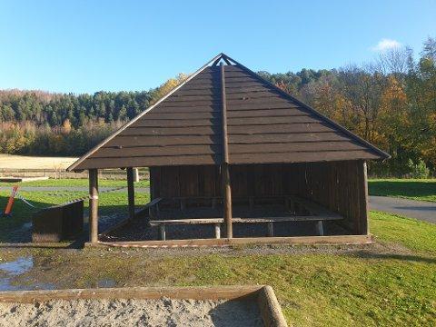 Planen: Det er denne type bygg FAU ved Selvik skole ønsker å bygge med de tildelte midlene. Bildet er av en lignende hytte som befinner seg i skolegården på Selvik.
