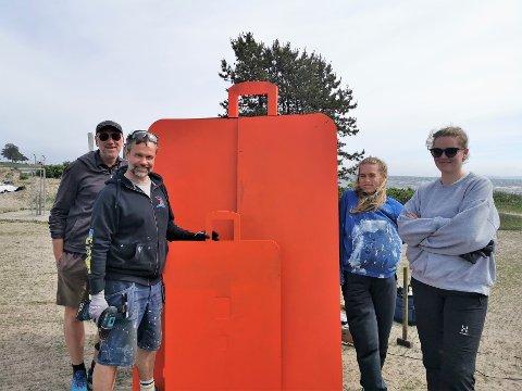HVA I ALLE DAGER? Kunstnerne Thomas Horne (til venstre) og Eivind Stoud Platou får hjelp av studentene Johanne Wilbrink og Lisa Glessing Hanstvedt når Tønsberg får en ny klimasti denne uken.