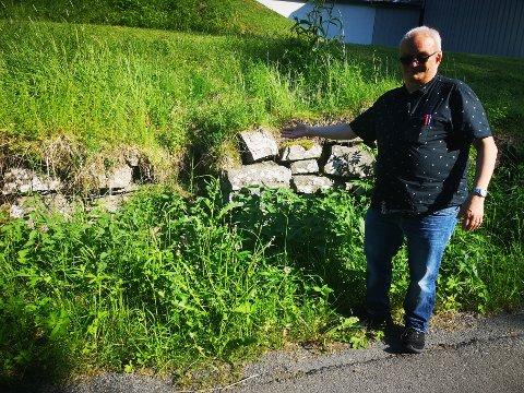 Per Bøhlum viser søkket i tantens mur, resultatet etter flere tiår med neglisjert vedlikehold.
