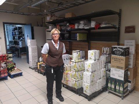 Hektisk måned: – Til tross for et enormt lager, får vi så vidt plass til alle produktene i butikken, sier daglig leder ved Sande Vinmonopol, Mette Marie Sagagaard Lie.