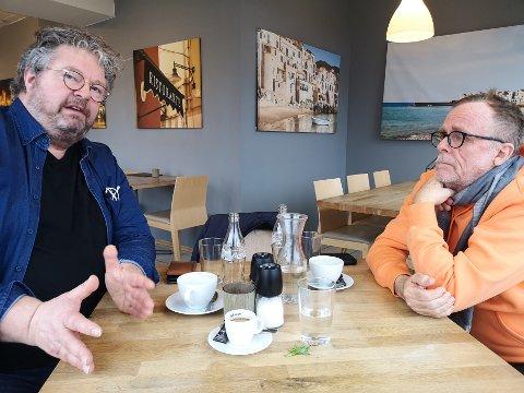 """Premieren på """"Den Brunkledde"""" nærmer seg. Produsent og tekstforfatter Ola Strømme (t.v.) oppdaterer Sande Avis om spelets status. Sammen med spelets komponist og kapellmester Geir Langslet"""