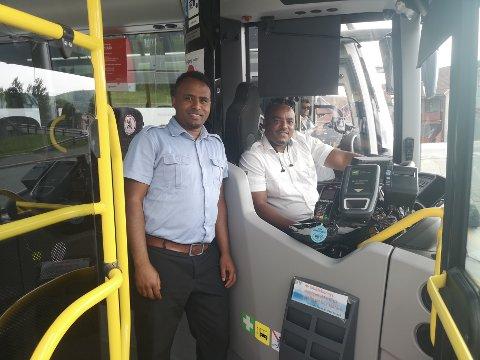Bussjåførene Matsola Woldu (t.v.) og Solomun Asfaha uttrykker ikke bekymring for smitterisiko blant passasjerene, men derimot gjentatte forsøk på sniking.