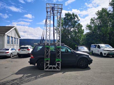 Stuntbil: utenfor Gjenbruk'n i Gallerberggata var det utplassert en fastlenket bil med muligheter for sleping. Innspillinsområdet bar ellers stort preg av hemmelighold og tause medarbeidere.