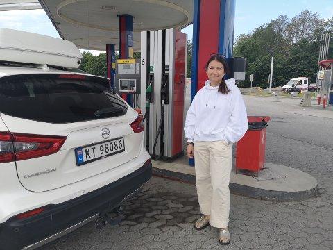 Olga Solhaug fyller bensin for 15,65 kroner per liter. – Det er ikke det beste scenarioet, men det er i alle fall bedre enn skrekkscenarioet på hele 18 kroner, sier hun.