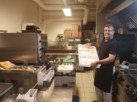 – Mye av restaurantdriften handler om logistikk. Hva pizzadeigen angår må den for eksempel heve i som regel tre dager, før den videre tilberedes, sier restauranteier Luigi Castiglione.