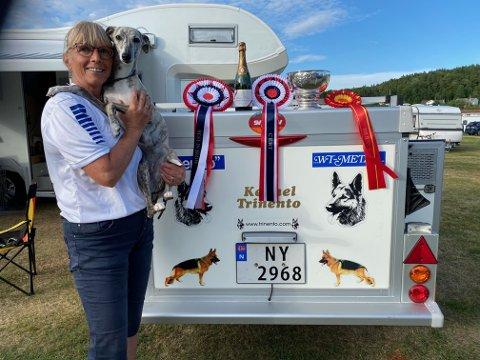 Torill Groth er en stolt eier, idet hunden hennes Courtborne Gossip Girl ble den desidert beste hunden i mesterskapet Whippet-Spesialen forrige helg.