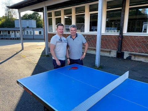INITIATIV: Brødrene Per Martin og Knut Anders Berg har alltid vært glad i å spille bordtennis. Nå starter de opp Sande Bordtennisklubb.