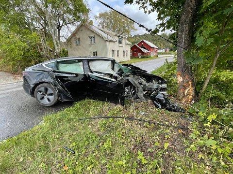 KOLLIDERTE: Bilen kolliderte i 50-sonen på Sandebuktveien.