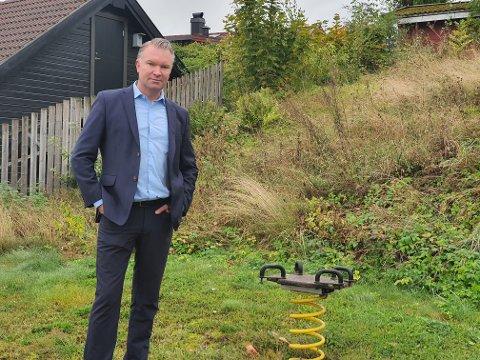 BEKYMRET FAR: Peter Johansson er bekymret for at barn skal skade seg på lekeplassen, som står åpen tross mangelen på vedlikehold.