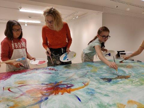 FELLESPROSJEKT: Utøvende kunstner Mona Selvaag instruerte og inspirerte elevene gjennom hele prosessen.